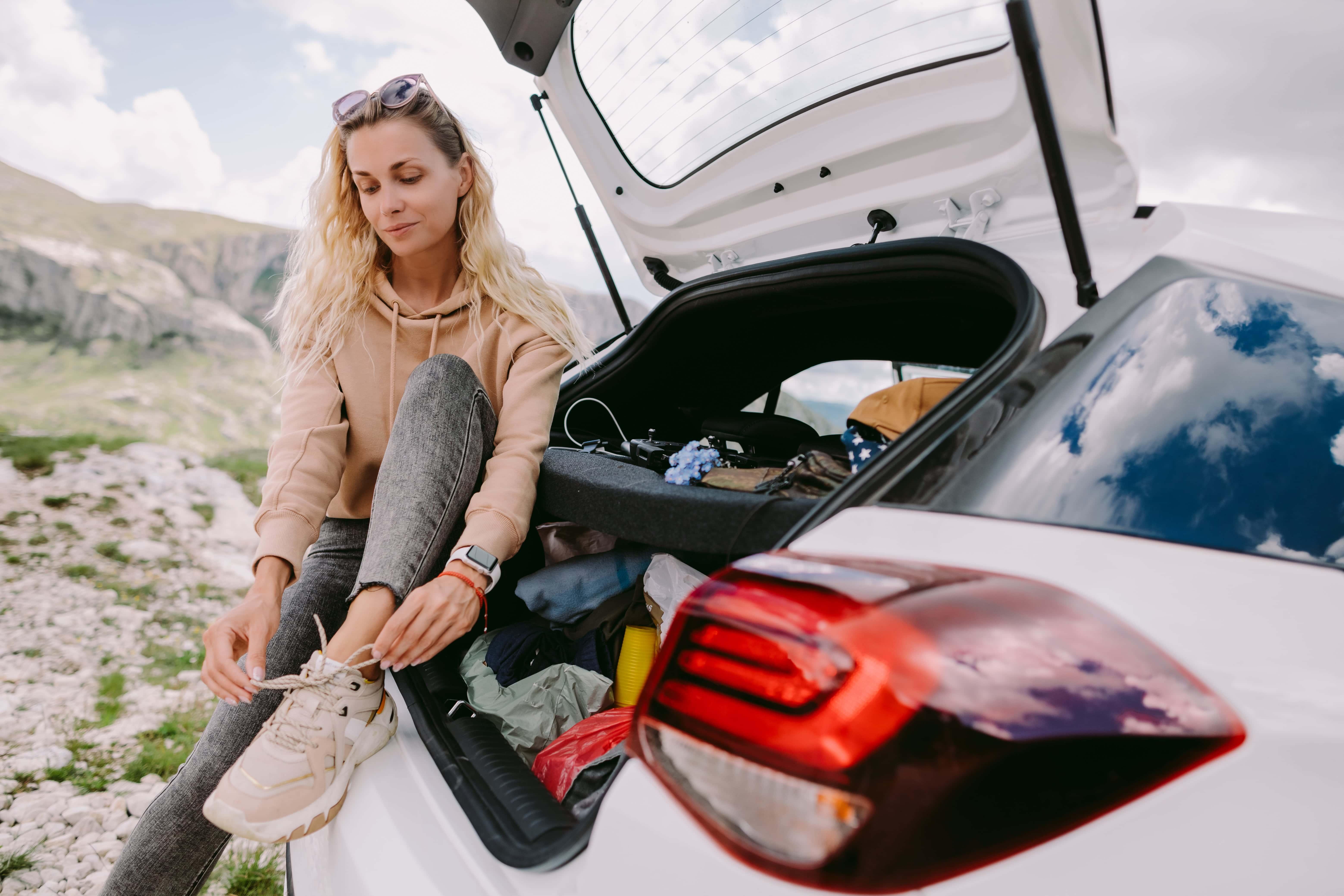 chica en viaje en coche