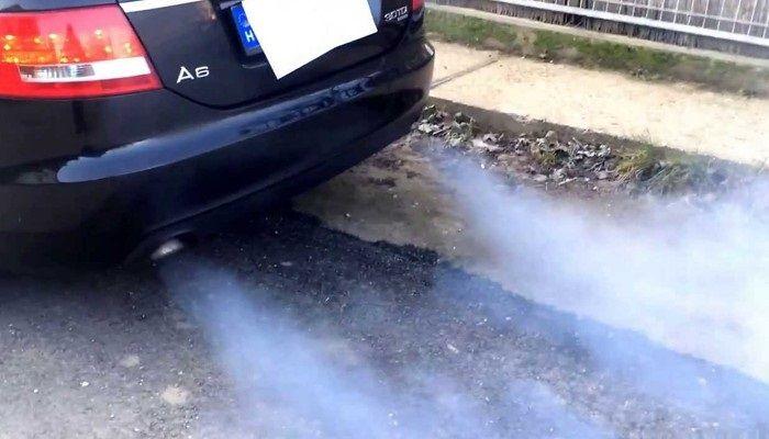 humo azul coche tubo de escape