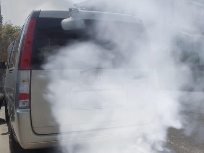 humo blanco o gris tubo de escape