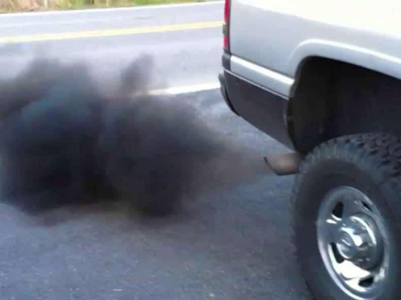 humo negro coche tubo de escape