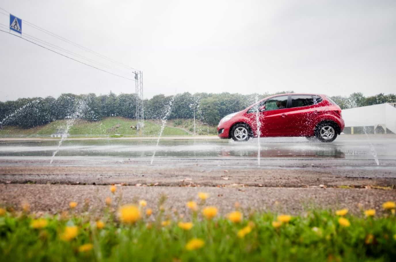 coche conducir carretera mojada