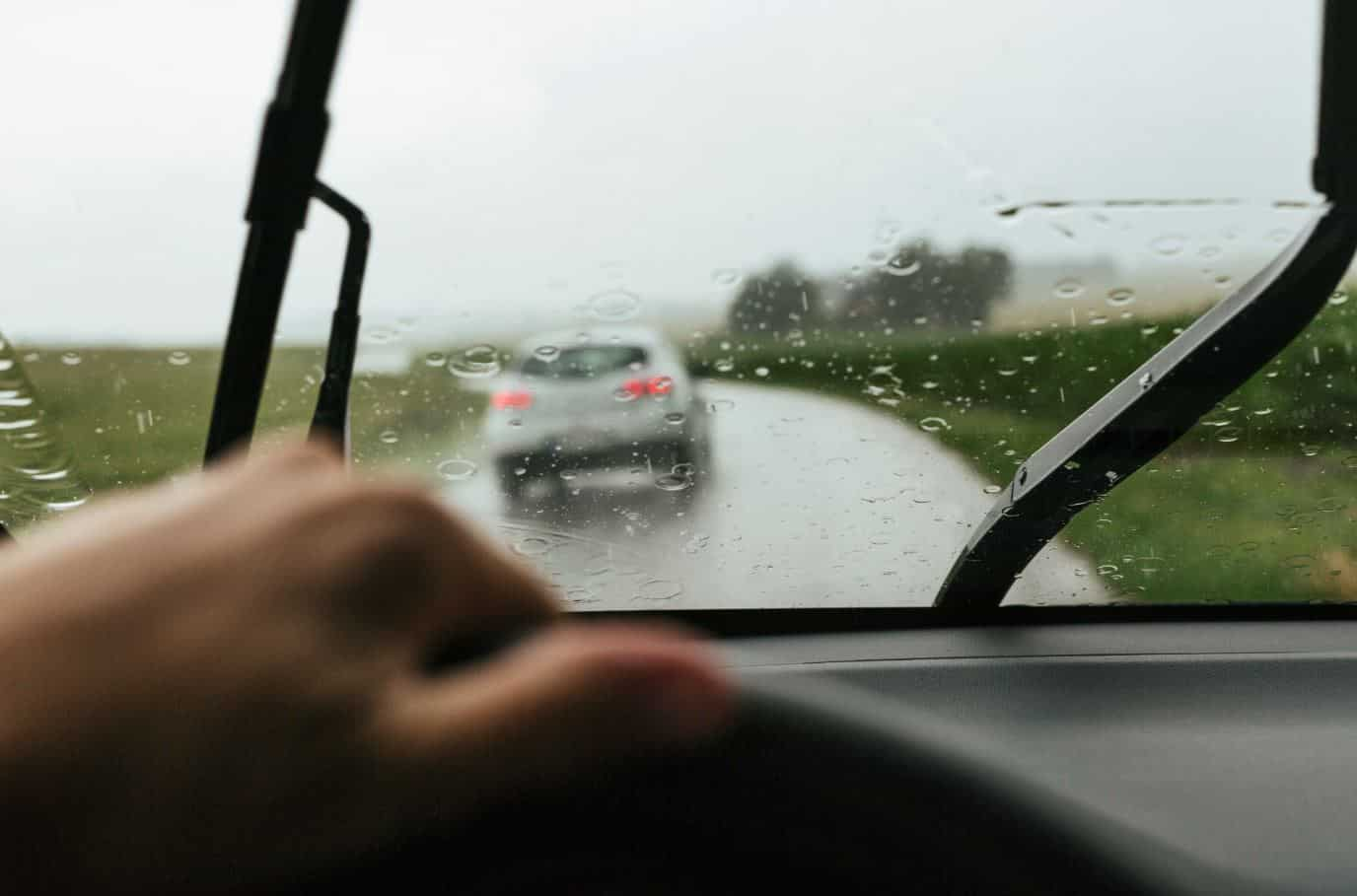 coche lluvia aquaplaning
